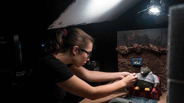 Eine Studentin mit dem Hauptdarsteller ihres Animationsfilms.