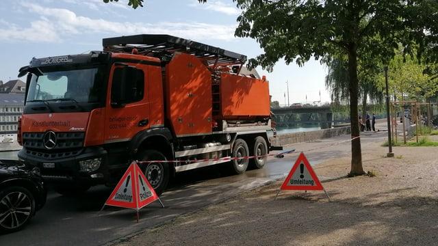 Ein Lastwagen steht am Aareufer