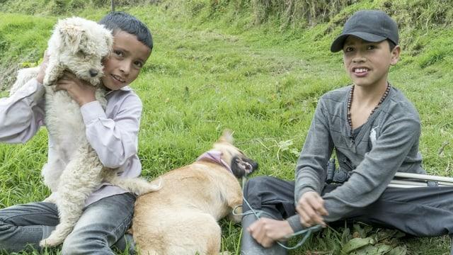 Zwei Kinder und zwei Hunde