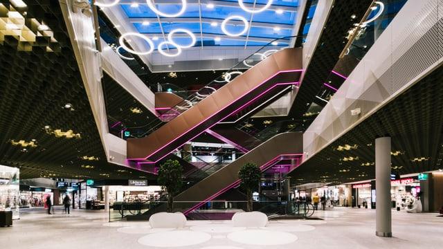 Ansicht auf eine Halle mit Rolltreppen im Einkaufszentrum «Mall of Switzerland» in Ebikon. Nur wenige Kunden sind zu sehen.
