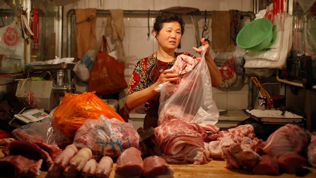 Marktstand mit Fleischauslage
