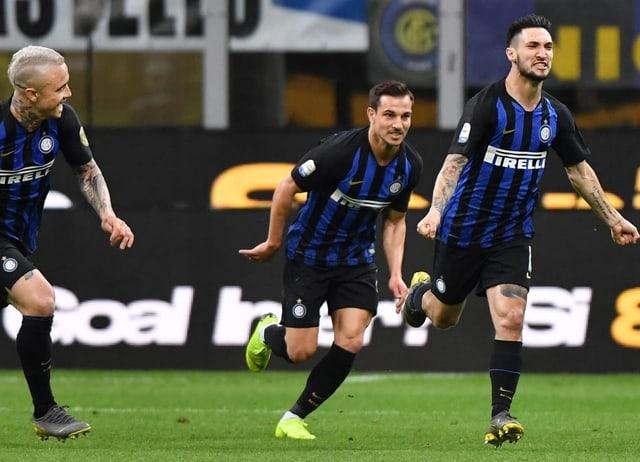 Drei Spieler von Inter Mailand rennen vor Freude über den Platz