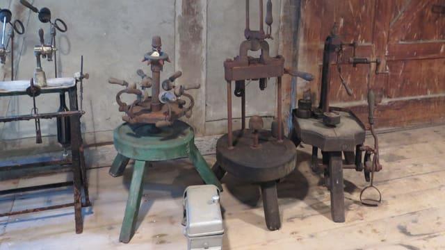 Vier alte Maschinen stehen auf einem Holzboden