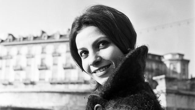 Porträt der Sängerin Esther Ofarim.