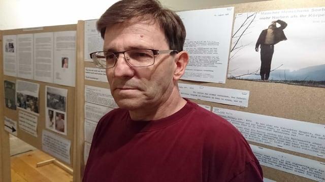 Walter Emmisberger in seiner Ausstellung in Fehraltorf.