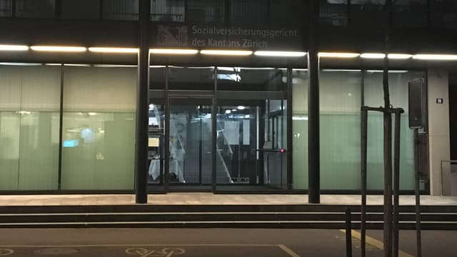 Aussenaufnahme bei Dunkelheit des Zürcher Sozialversicherungsgerichts in Winterthur