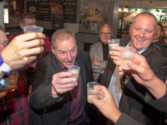 Männer feiern