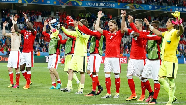 Ils giugadurs svizzers engrazian als fans suenter il pari cunter la Frantscha.