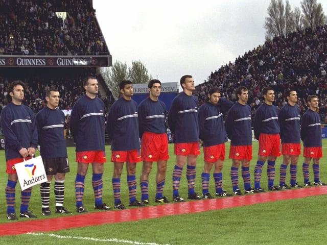 Andorras Nationalteam beim Abspielen der Landeshymne.