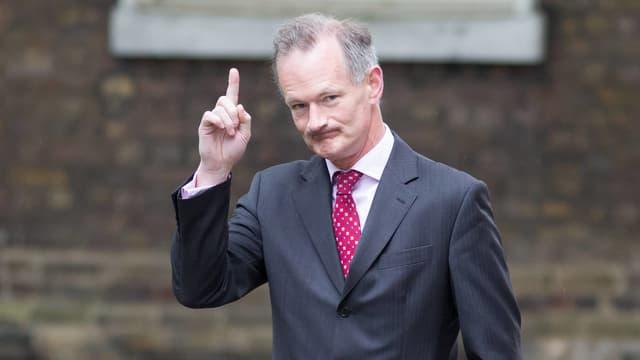 Penrose mit erhobenem Zeigefinger vor der Downing Street No 10.