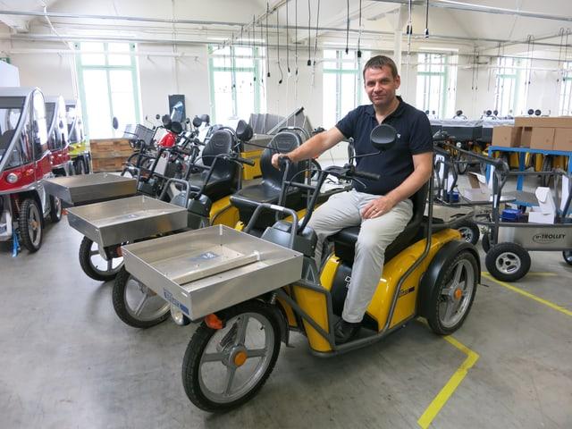 Geschäftsleiter Martin Kyburz auf dem gelben Roller, mit dem unterdessen einige Pöstler unterwegs sind.