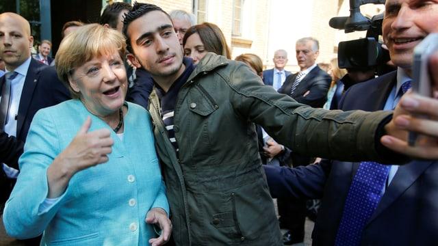 Merkel mit dem betroffenen Mann bei einem Selfie.