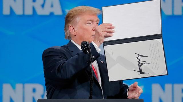 Trump mit unterzeichnetem Dokument
