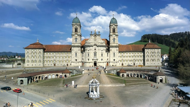 Die Fassade frontal fotografiert inklusive dem Klosterplatz.