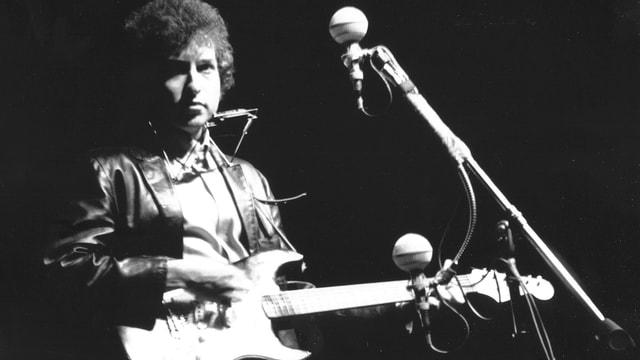 Bob Dylan am Newport Festival 1965: Weil der Folksänger damals mit einer elektrischen Gitarre auftrat wurde er von seinen Fans ausgebuht.