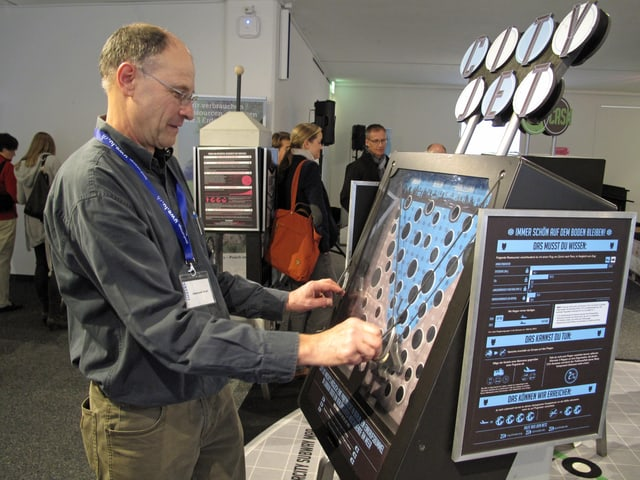 Ein Mann an einem Automaten