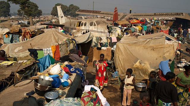 Auf dem Flughafen der Hauptstadt Bangui warten Tausende Menschen auf Hilfe. Sie hausen unter Blachen zwischen kaputten Flugzeugen. Derweil bekriegen sich Muslime und Christen im ganzen Land. Weitere Soldaten der EU sollen im Bürgerkrieg eingreifen. (reuters)