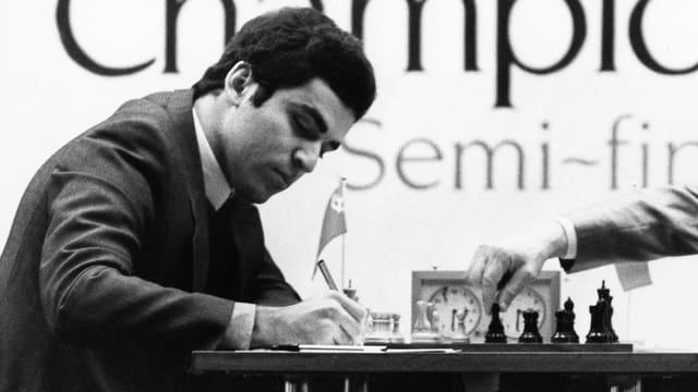 Altes Schwarz-Weiss-Bild von Garry Kasparow beim Schach.