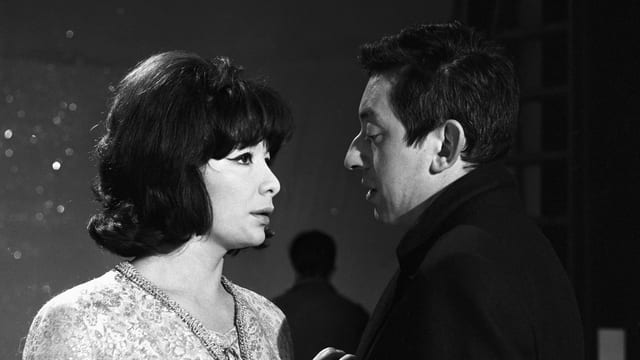 Schwarzweissbild: Frau und Mann stehen nah beieinander und schauen sich in die Augen