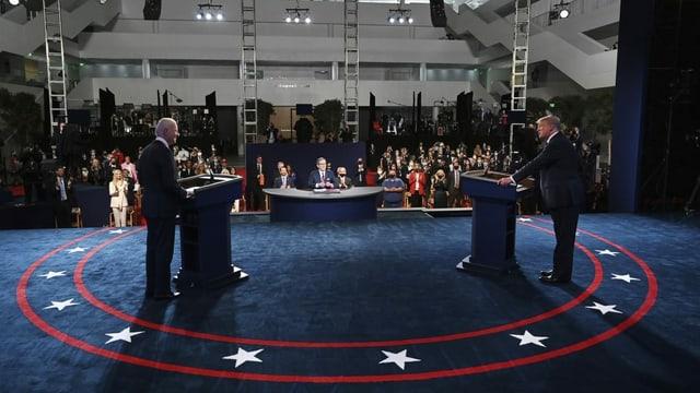 Trump und Biden stehen an der Debatte je hinter einem Rednerpult.