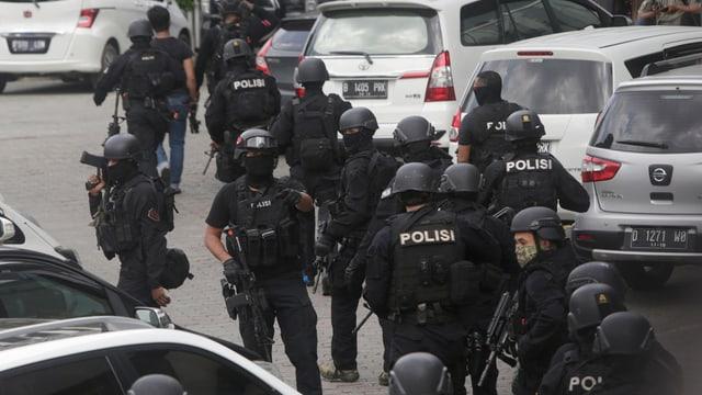 Ils policists da repartan datiers dal lieu d'ina da las explosiuns per cumbatter ils attatgaders.