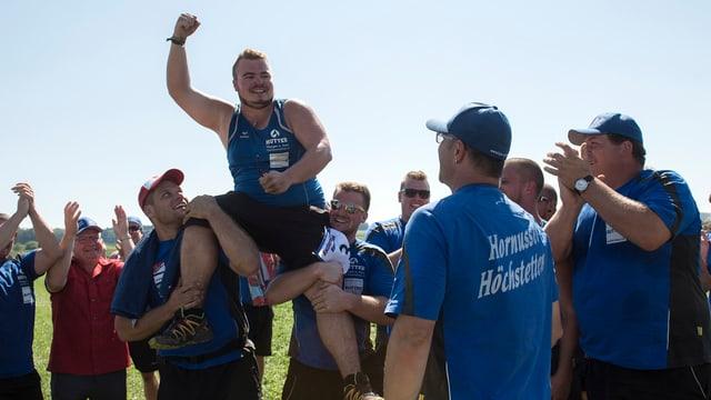 Simon Erni, der Schlägerkönig vom Festsieger HG Höchstetten, lässt sich feiern.