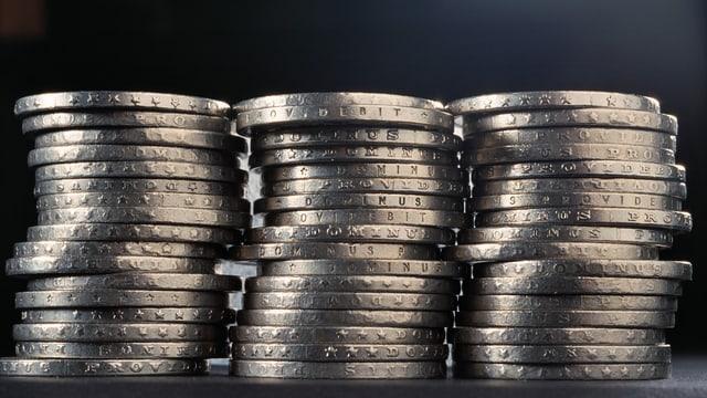 Drei Stapel von Schweizer Münzgeld.