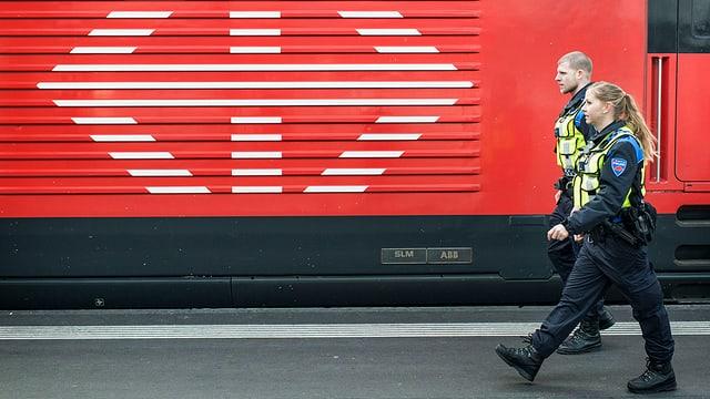 2 policists van a pè avant in tren da l'SBB.