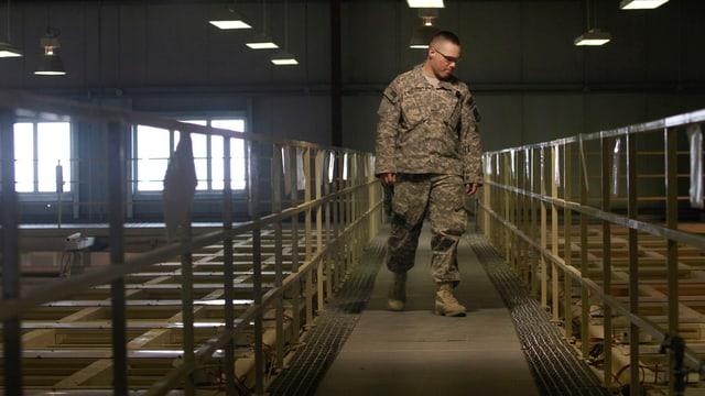 Ein US-Soldat inspiziert das Innere eines Lagergebäudes von Bagram.