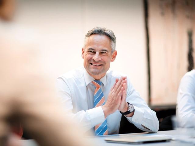 Matthias Michel an einem Sitzungstisch