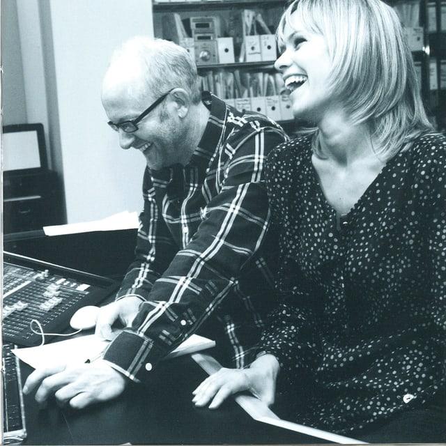 Im Tonstudio mit dem Produzenten Dieter Falk am Mischpult.