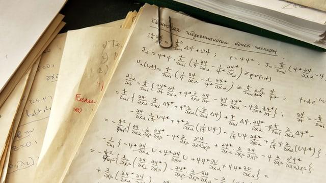 Blätter mit handgeschriebenen Formeln