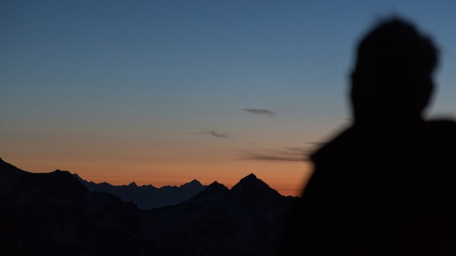 Wanderer am frühen Morgen im Gebirge.