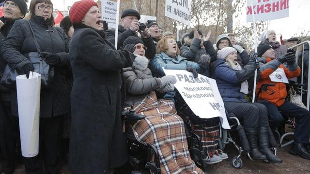 ältere Menschen protestieren in Moskau