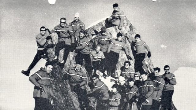 Schwarz-weiss-Aufnahme von Menschen im Schnee.