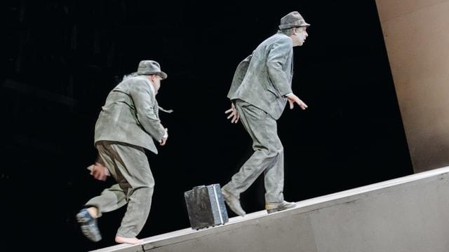 Die Schauspieler Christian Baus und Jörg Dathe in einer Szene von Warten auf Godot.