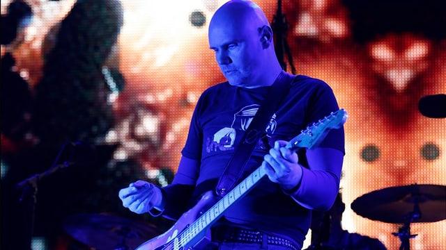 Billy Corgan von The Smashing Pumpins mit Gitarre auf der Bühne