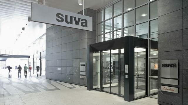 Purtret da l'entrada da la Suva, sura penda in segn cun il logo en grisch.