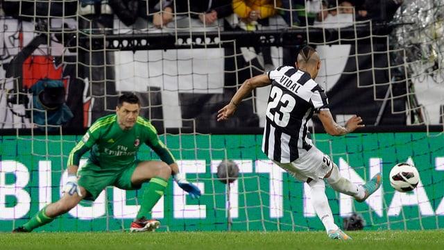 Vidal trifft mit seinem Penalty genau ins Lattenkreuz.