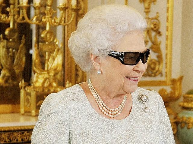 Cadrage von Queen Elizabeth mit einer schwarzen 3D-Brille.
