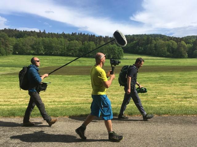 Kameramann und Tönler verfolgen Nik beim Wandern.