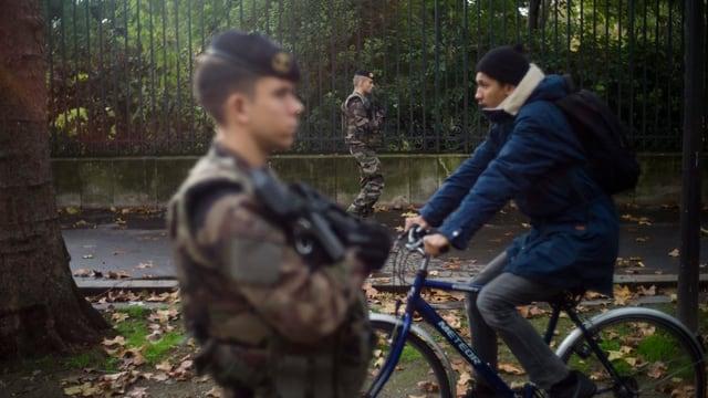Soldaten patrouillieren in Paris