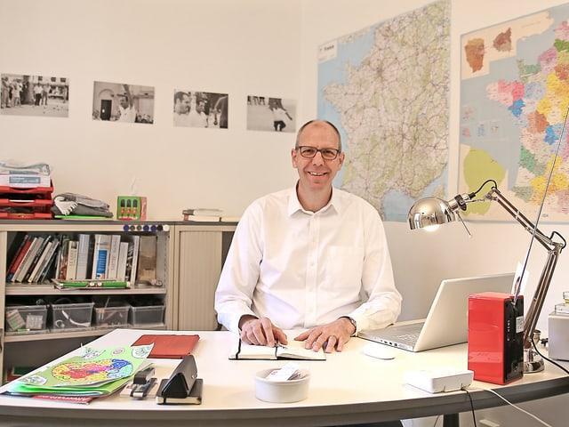 Büro mit Schreibtisch, Fotos, Korrespondent und Landkarten.