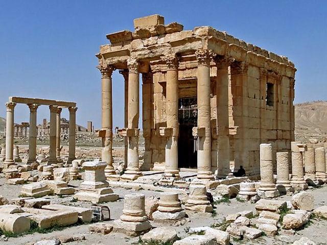Der unzerstörte Baal-Schamin-Tempel mit Säulenstümpfen davor