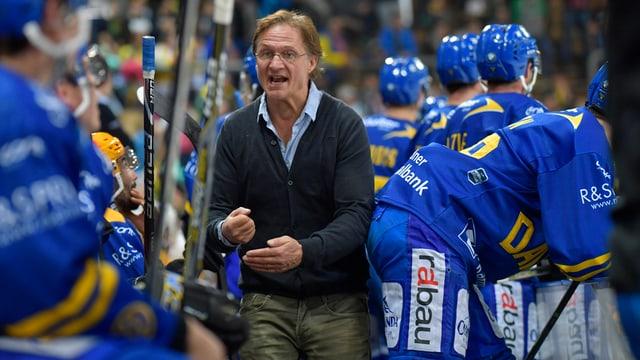 Der Trainer spricht auf der Bank zu den Spielern.