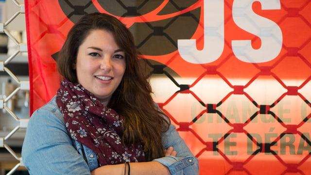 Tamara Funiciello vor einer Juso-Fahne.