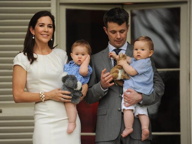 Prinzessin Mary mit Prinzessin Josephine auf dem Arm und Prinz Frederik mit Prinz Vincent auf dem Arm.