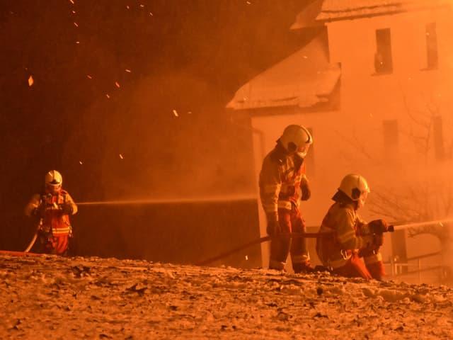 Feuerwehr löscht den Brand in Amden.