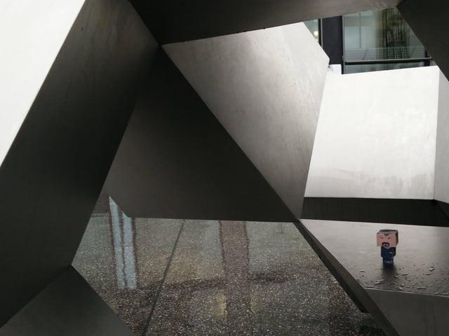 Bastelfigur auf einer Skulptur