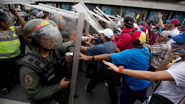 Polizisten stehen Demonstranten gegenüber